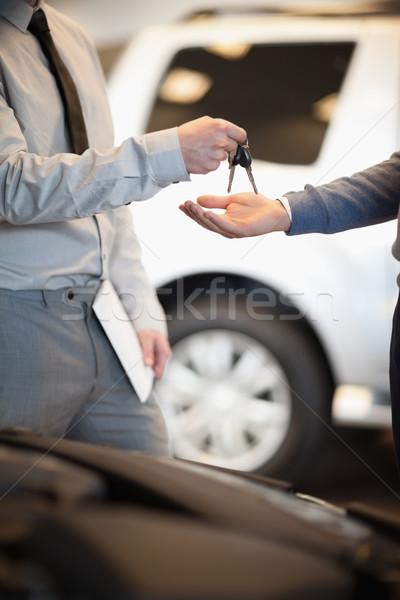 Vendedor teclas cliente carro compras palma Foto stock © wavebreak_media