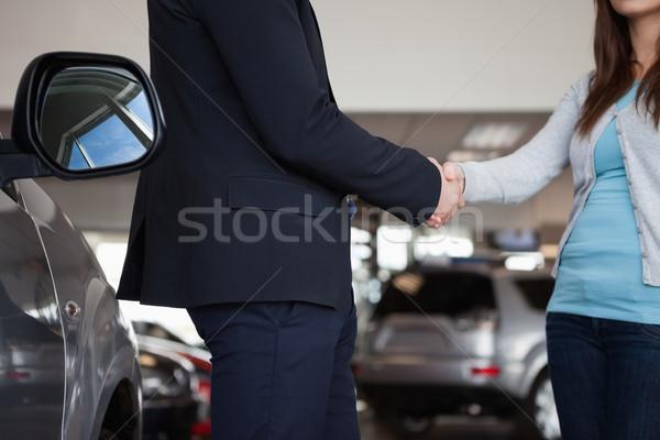 продавцом рукопожатие женщину гаража автомобилей рук Сток-фото © wavebreak_media