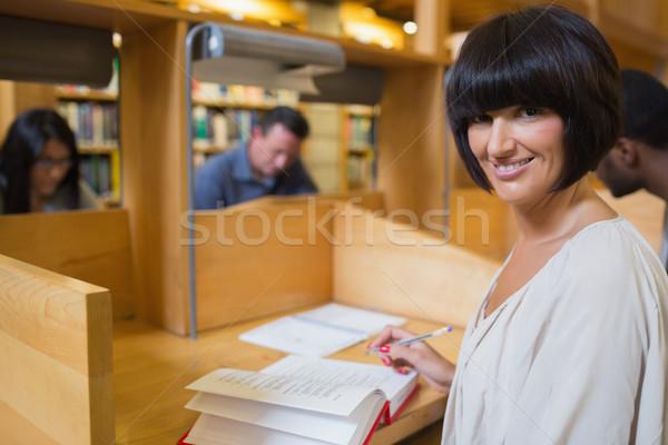Stock fotó: Nő · olvas · könyv · könyvtár · asztal · diák