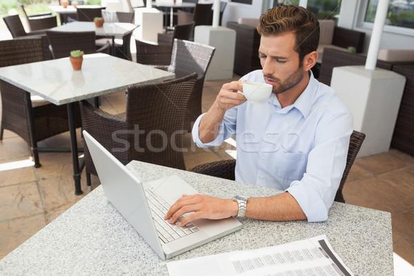 Jonge zakenman werken laptop drinken koffie Stockfoto © wavebreak_media