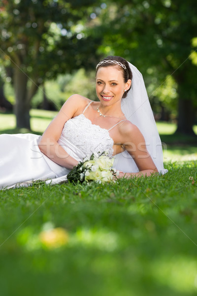 Gelukkig bruid gras park portret boeket Stockfoto © wavebreak_media