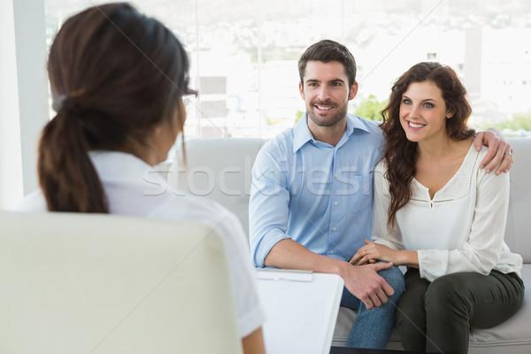 Stockfoto: Psychiater · luisteren · glimlachend · helpen · sofa · vrouwelijke