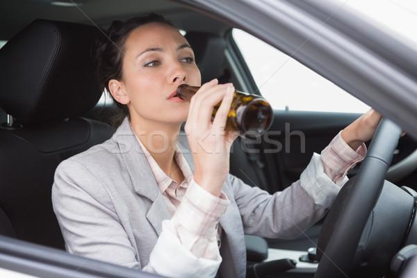 Mulher potável cerveja condução carro garrafa Foto stock © wavebreak_media