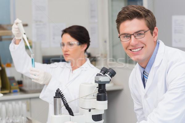 Tudósok dolgozik mikroszkóp kémcső laboratórium nő Stock fotó © wavebreak_media