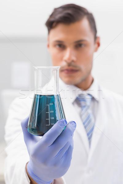 Concentrato scienziato guardando coppa laboratorio tecnologia Foto d'archivio © wavebreak_media