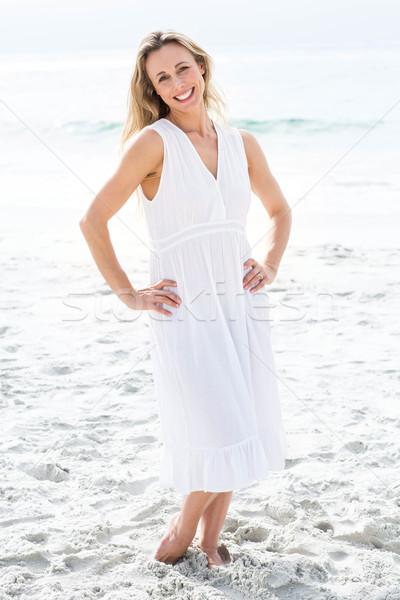 笑みを浮かべて ブロンド 白いドレス 見える カメラ ビーチ ストックフォト © wavebreak_media