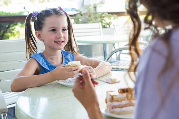 Anya lánygyermek élvezi torták kávézó terasz Stock fotó © wavebreak_media