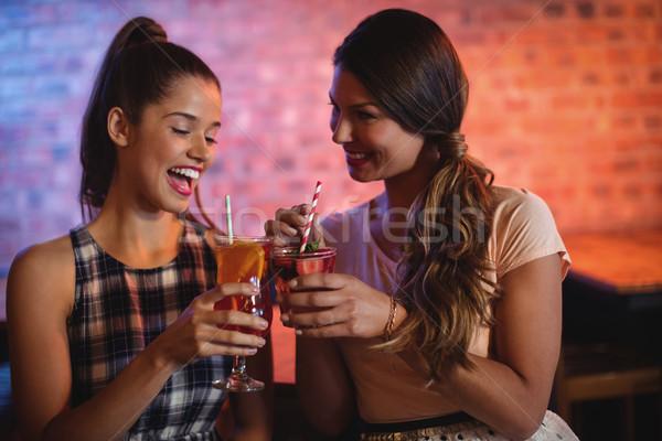 Dos las mujeres jóvenes cóctel bebidas pub mujer Foto stock © wavebreak_media