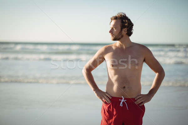 Sin camisa hombre pie manos cadera Foto stock © wavebreak_media