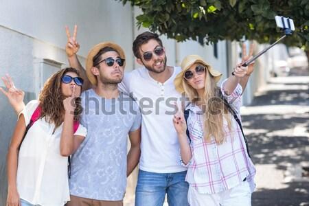 Feliz femenino amigos toma pie pasos Foto stock © wavebreak_media