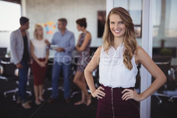 Portret glimlachend jonge zakenvrouw permanente creatieve Stockfoto © wavebreak_media