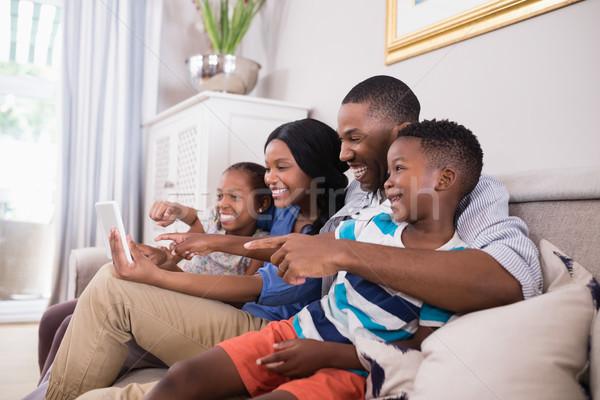Wesoły rodziny cyfrowe tabletka posiedzenia sofa Zdjęcia stock © wavebreak_media