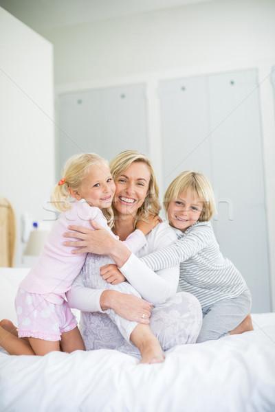 Portret uśmiechnięty dzieci matka sypialni Zdjęcia stock © wavebreak_media