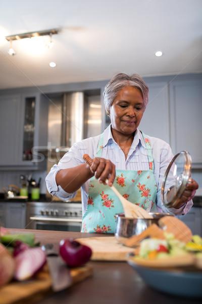 Supérieurs femme alimentaire cuisine maison Photo stock © wavebreak_media