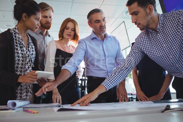 Creativa equipo de negocios escritorio oficina papel Foto stock © wavebreak_media
