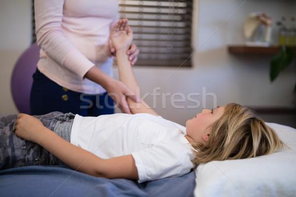 Női terapeuta megvizsgál kar fiú ágy Stock fotó © wavebreak_media