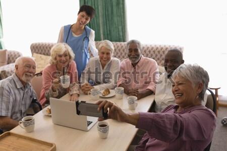 старший человека мобильного телефона диван сидят Сток-фото © wavebreak_media