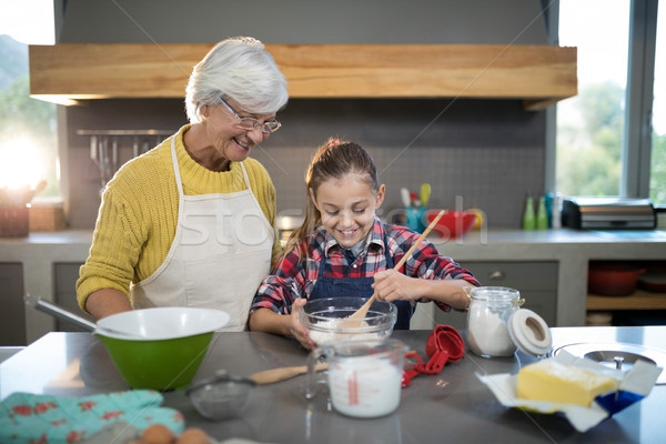 внучка мучной чаши кухне женщину дома Сток-фото © wavebreak_media