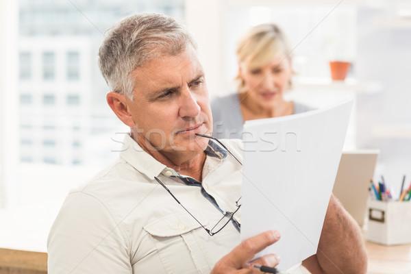 Uważny biznesmen czytania dokumentu ważny biuro Zdjęcia stock © wavebreak_media