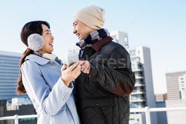 Couple rire smartphone bâtiment femme Photo stock © wavebreak_media