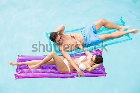 Mujer hermosa relajante nadar anillo piscina Foto stock © wavebreak_media