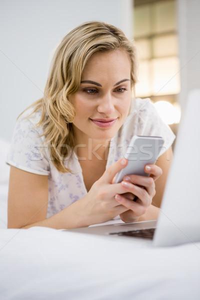 Nő sms üzenetküldés mobiltelefon otthon telefon gyönyörű Stock fotó © wavebreak_media