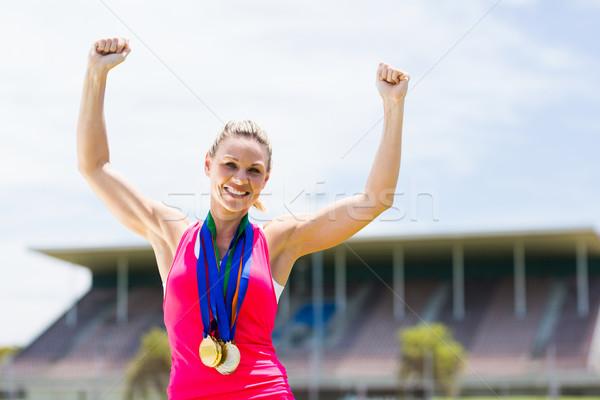 Aufgeregt weiblichen Athleten Gold Medaillen herum Stock foto © wavebreak_media