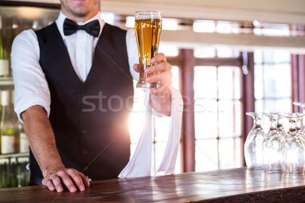Garçom oferta vidro cerveja bar contrariar Foto stock © wavebreak_media
