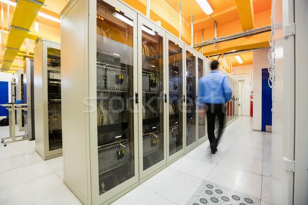 Técnico caminhada servidor quarto corredor homem Foto stock © wavebreak_media