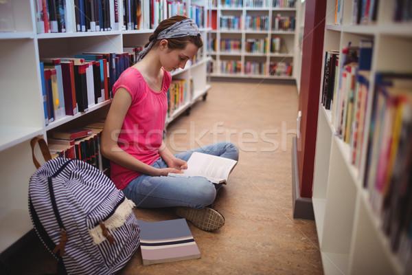 Attentif écolière lecture livre bibliothèque école Photo stock © wavebreak_media