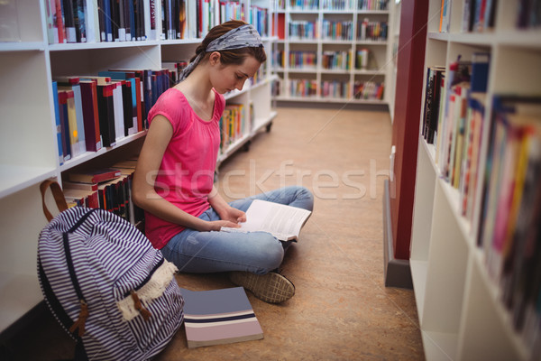 Aandachtig schoolmeisje lezing boek bibliotheek school Stockfoto © wavebreak_media