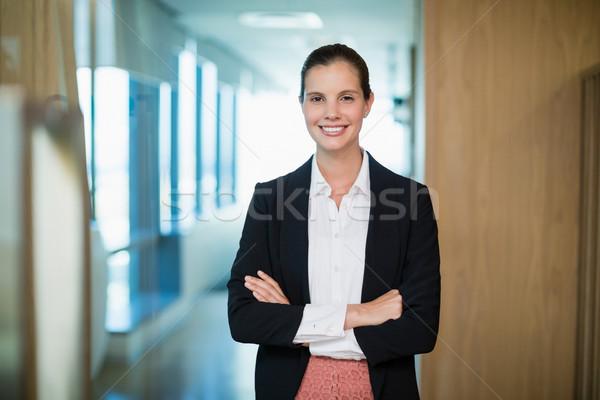 Sorridere femminile business executive piedi braccia incrociate Foto d'archivio © wavebreak_media