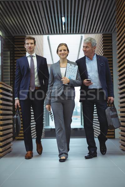 Gens d'affaires marche couloir bureau homme costume Photo stock © wavebreak_media