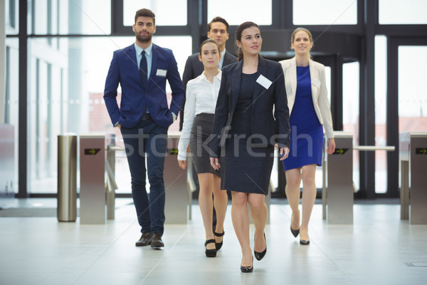 Caminando lobby oficina mujer traje Foto stock © wavebreak_media