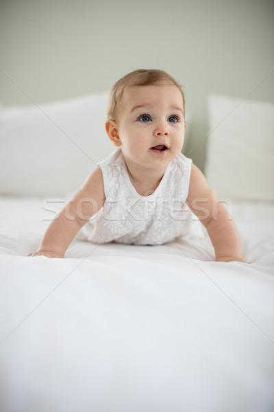 Portré aranyos mosolyog kislány ágy hálószoba Stock fotó © wavebreak_media