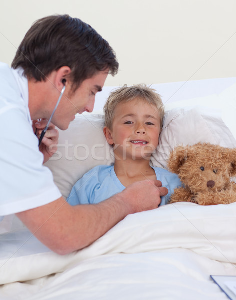 Médico escuta criança peito estetoscópio cama Foto stock © wavebreak_media