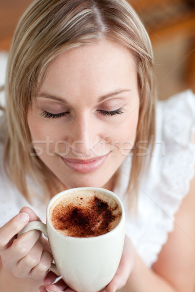 Atrakcyjna kobieta pitnej kawy posiedzenia sofa domu Zdjęcia stock © wavebreak_media