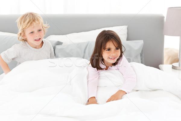Szczęśliwy brat siostra gry rodziców sypialni Zdjęcia stock © wavebreak_media