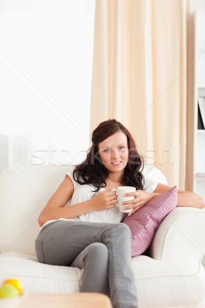 Stok fotoğraf: Kadın · fincan · bakıyor · kamera · livingroom