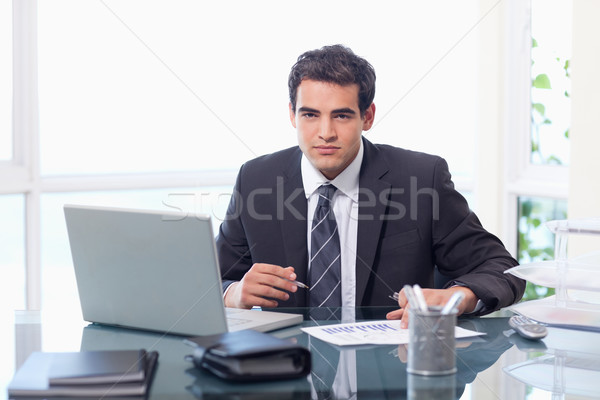 Imprenditore lavoro laptop grafico ufficio faccia Foto d'archivio © wavebreak_media
