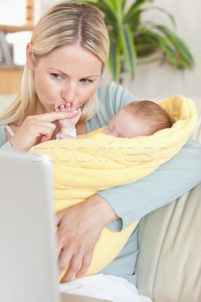 Fiatal anya csók kéz néz laptop Stock fotó © wavebreak_media
