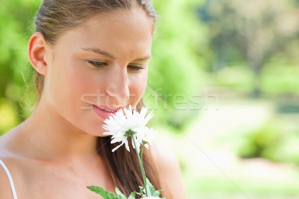 Jonge vrouw witte bloem park bloem schoonheid zomer Stockfoto © wavebreak_media