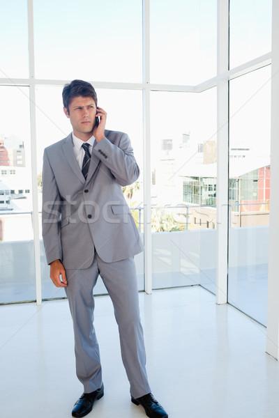 Empresario hablar teléfono espacioso habitación negocios Foto stock © wavebreak_media