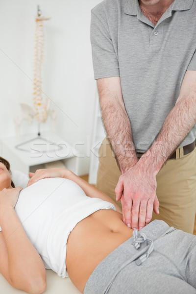 Médico examinar doloroso abdomen mujer oficina Foto stock © wavebreak_media