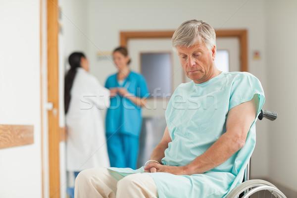Pacjenta wózek patrząc w dół szpitala smutne pielęgniarki Zdjęcia stock © wavebreak_media
