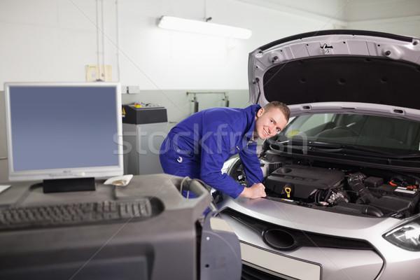 笑みを浮かべて メカニック 調べる エンジン 車 ガレージ ストックフォト © wavebreak_media