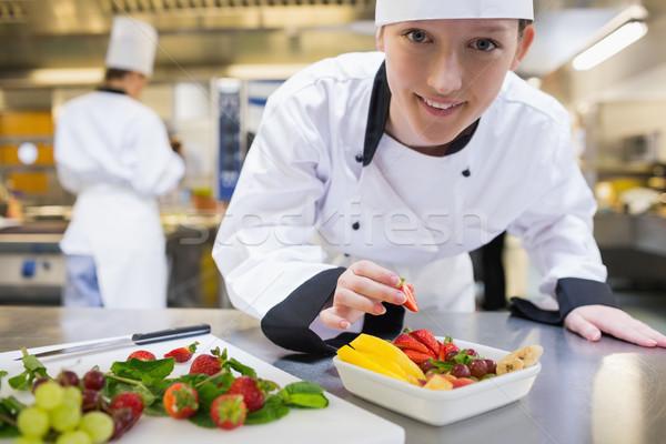Zdjęcia stock: Szczęśliwy · kucharz · sałatka · owocowa · kuchnia · żywności · uśmiech