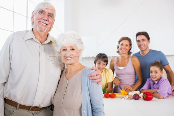 祖父母 立って キッチンカウンター 家族 後ろ 家 ストックフォト © wavebreak_media