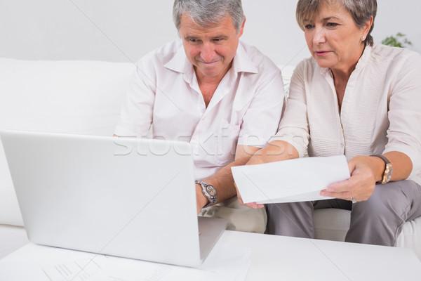 Starych para nie za pomocą laptopa posiedzenia pokój komputera Zdjęcia stock © wavebreak_media