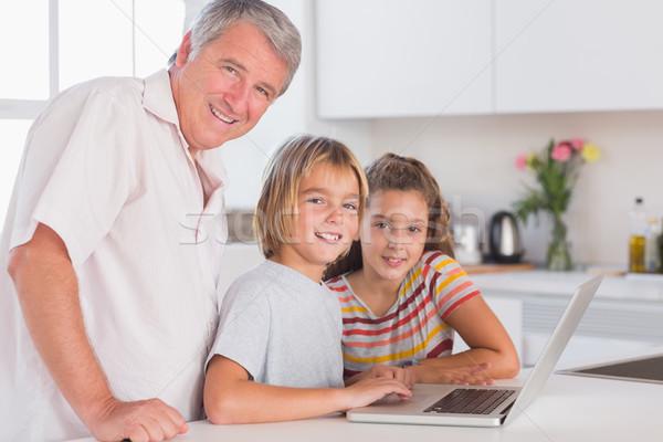 Großvater Kinder schauen Kamera zusammen Laptop Stock foto © wavebreak_media